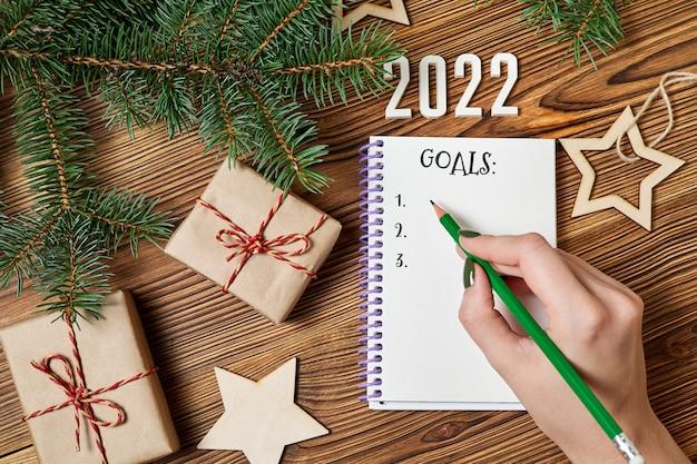A menina vai escrever uma lista de gols para o próximo ano contra os acessórios de natal