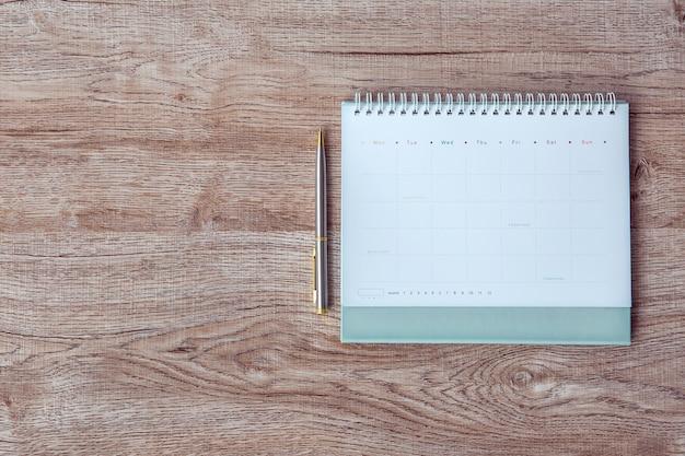 A mesa da vista superior e o calendário em branco.