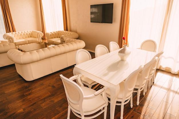 A mesa de jantar no apartamento. mesa para almoço na sala. sala de jantar.