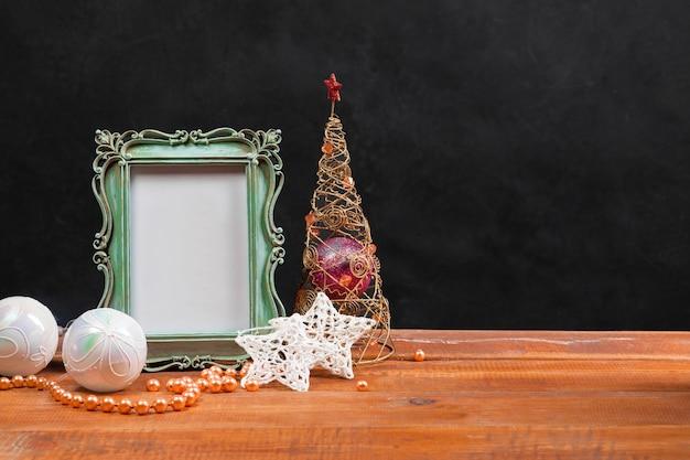 A mesa de madeira com enfeites de natal