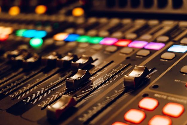 A mesa de mixagem profissional para concertos está equipada com faders de alta precisão e longo curso. fechar-se