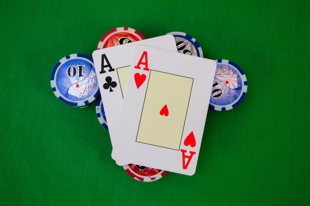 A mesa de pôquer com fichas