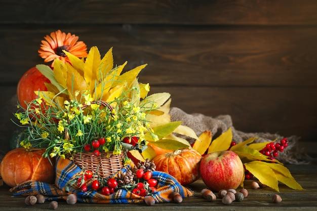 A mesa decorada com flores e legumes. feliz dia de ação de graças. fundo de outono.