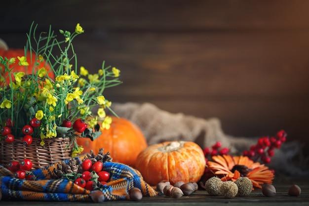 A mesa decorada com flores e legumes