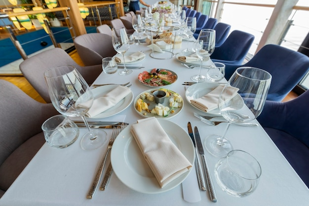 A mesa servida em um restaurante para um feriado, serve uma mesa de banquete