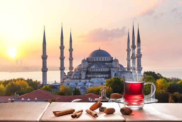 A mesquita azul e o chá de istambul com paus de canela e tâmaras, turquia.