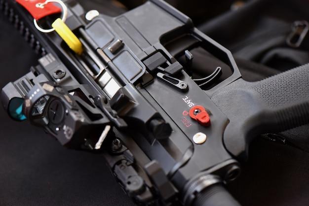 A metralhadora de close-up é colocada em uma posição de função em uma posição segura. dentro do campo de tiro