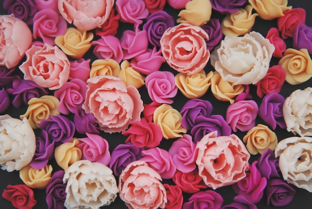 A mistura de rosas falsificadas cor-de-rosa floresce, espaço preto da cópia.