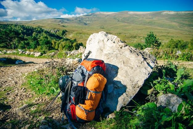 A mochila fica ao lado de uma rocha no topo de uma montanha