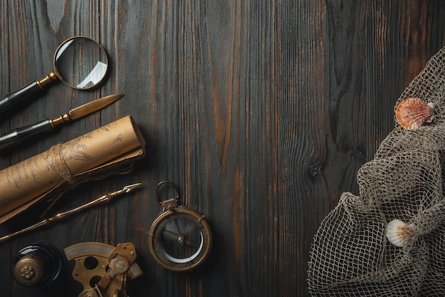 À moda antiga plana leigos com letras escrevendo acessórios na mesa de madeira escura