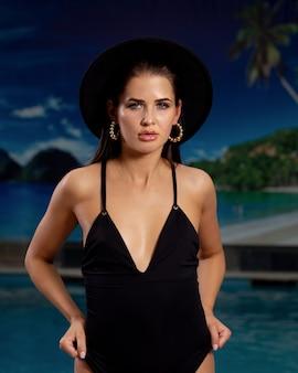 A modelo de menina bonita na piscina