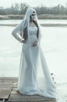 A modelo está posando em um lago gelado com uma maquiagem criativa