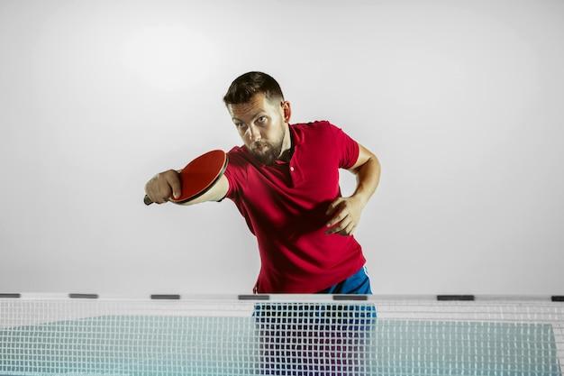 A modelo joga pingue-pongue. conceito de atividade de lazer, esporte, emoções humanas no jogo, estilo de vida saudável, movimento, ação, movimento.