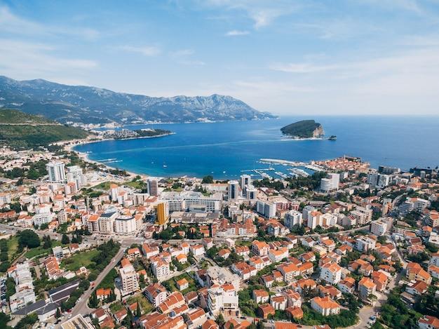 A moderna cidade de budva de uma foto aérea com vista panorâmica de um drone