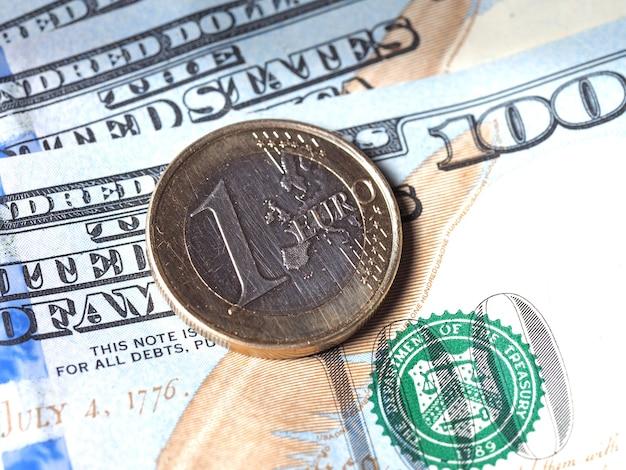 A moeda de euro está no papel-moeda. notas e moedas. o conceito de negócio e moeda
