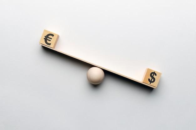 A moeda euro supera o dólar na escala.