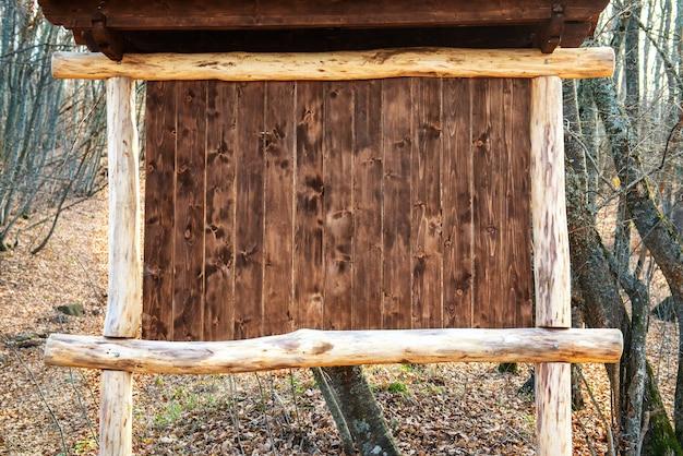 A moldura para publicidade no parque nacional feita de toras de carvalho ásperas