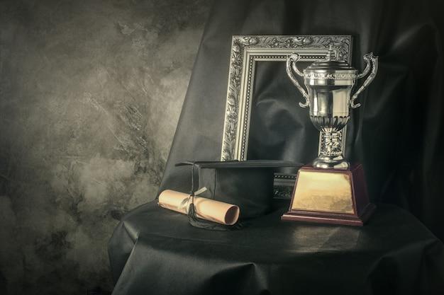 A moldura para retrato, o copo do troféu e gradua ainda o fundo do conceito do sucesso da fotografia da vida.