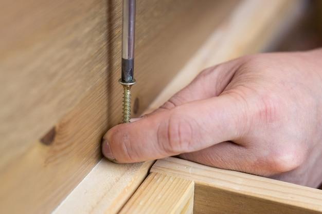 A montagem de móveis de madeira