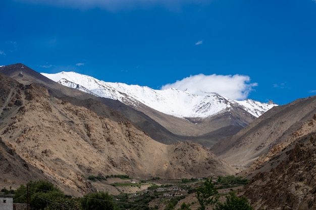 A montanha da região norte do himalaia, na índia, é o trecho do himalaia