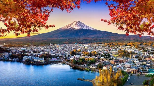 A montanha de fuji e o lago kawaguchiko no por do sol, outono temperam a montanha de fuji no yamanachi em japão.