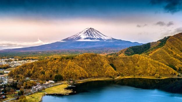 A montanha de fuji e o lago kawaguchiko, outono temperam a montanha de fuji no yamanachi em japão.