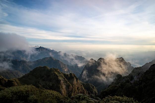 A montanha fansipan é a montanha mais alta da península da indochina que compreende o vietnã, o laos e o camboja, daí seu apelido de telhado da indochina. lao cai, vietnã.