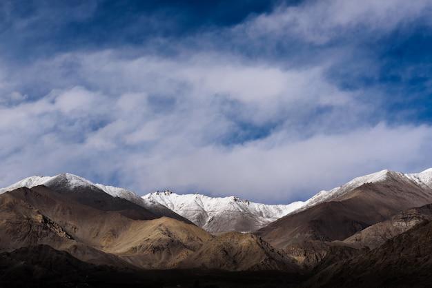 A montanha himaraya com céu azul