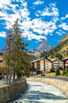 A montanha matterhorn e o rio gornera em zermatt, na suíça