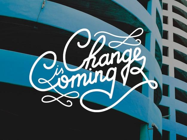A mudança está chegando na inscrição sobre um cenário de construção