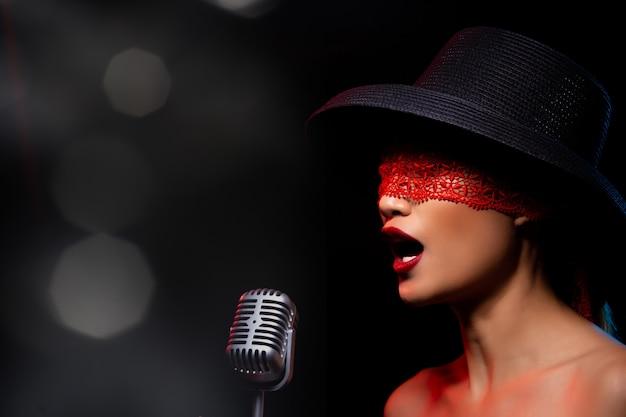 A mulher adulta asiática canta uma música em voz alta