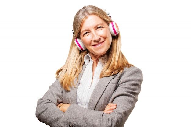 A mulher adulta ouvir música
