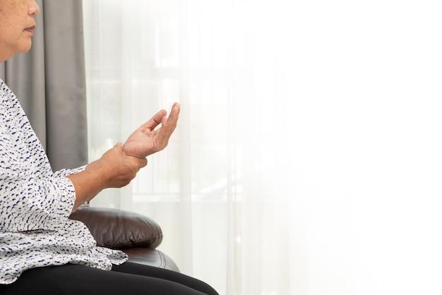 A mulher adulta sofre da dor da mão do pulso, conceito do problema de saúde