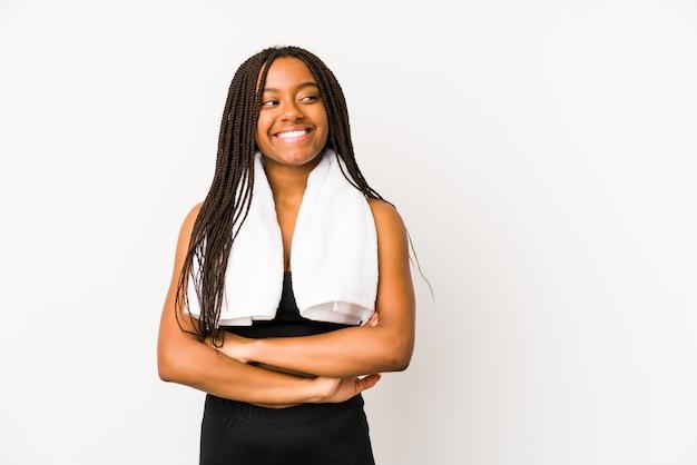 A mulher afro-americano nova do esporte isolou o sorriso seguro com braços cruzados.