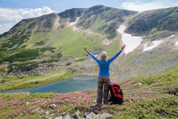A mulher aprecia a vista bonita nas montanhas