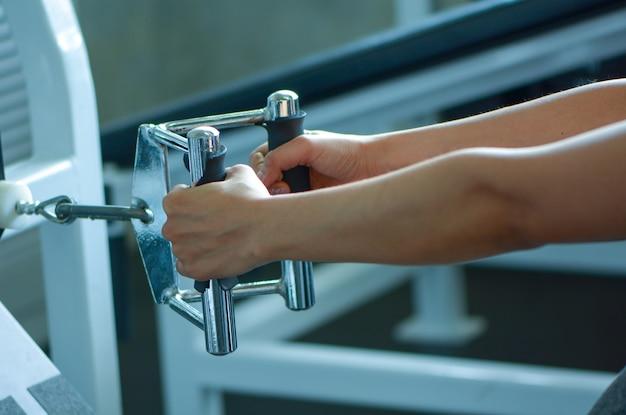 A mulher aprecia o exercício físico na aptidão da ginástica. estilo de vida de músculos de construtor de atleta.