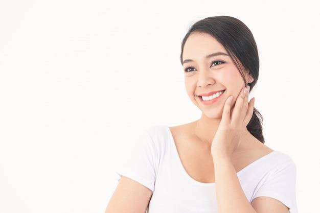 A mulher asiática tem sorrisos bonitos, dentes saudáveis, branco forte e limpo.