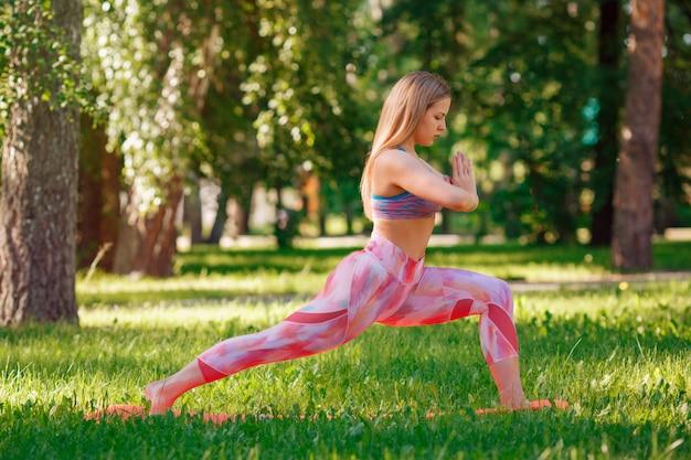 A mulher ativa faz exercícios esportivos em um parque de verão. cuidados de saúde