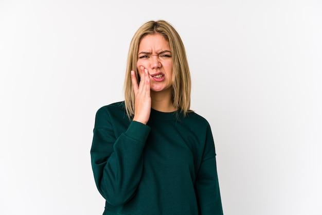 A mulher caucasiano loura nova isolou-se tendo uma dor de dentes forte, dor molar.