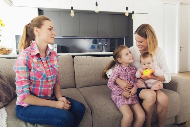 A mulher chegou em casa e abraça seus filhos