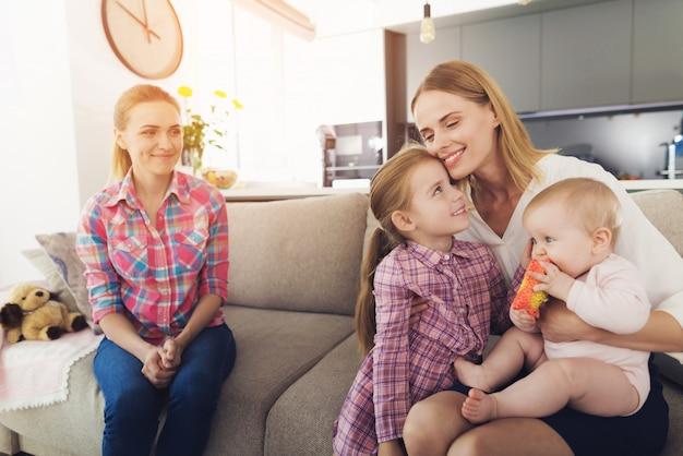 A mulher chegou em casa e abraça seus filhos.