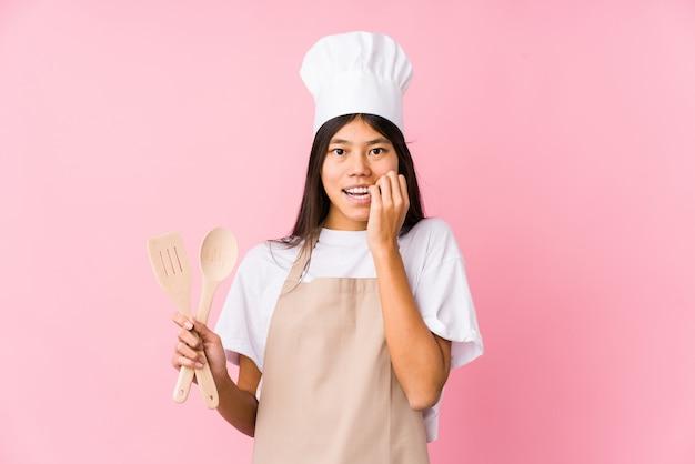 A mulher chinesa nova do cozinheiro chefe isolou as unhas cortantes, nervosas e muito ansiosas.