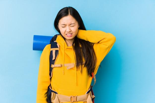 A mulher chinesa nova do mochileiro isolou a dor de garganta de sofrimento devido ao estilo de vida sedentário.