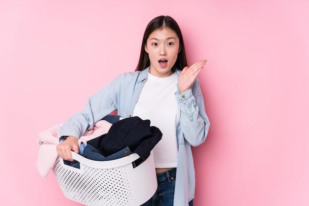 A mulher chinesa nova que pega a roupa suja isolada surpreendeu e chocou.
