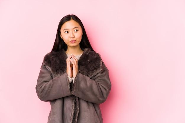 A mulher chinesa nova que veste um revestimento isolou inventando o plano na mente, estabelecendo uma ideia.