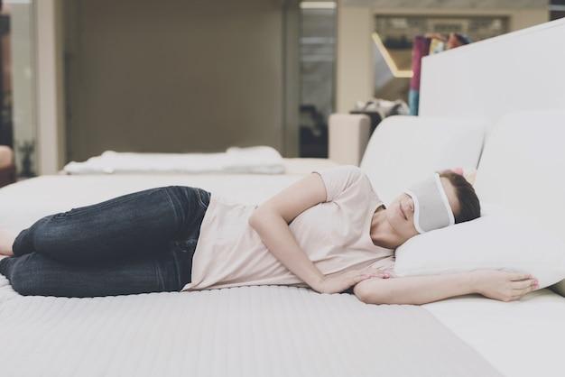 A mulher colocou uma venda nos olhos e adormeceu.