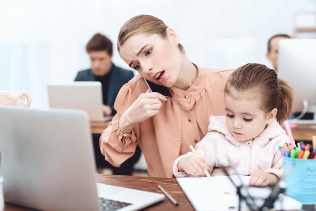 A mulher com a criança veio trabalhar