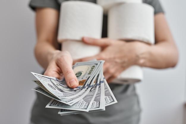 A mulher compra muitos rolos de papel higiênico. coronavirus covid-19 pânico conceito, estocando papel higiênico para quarentena em casa