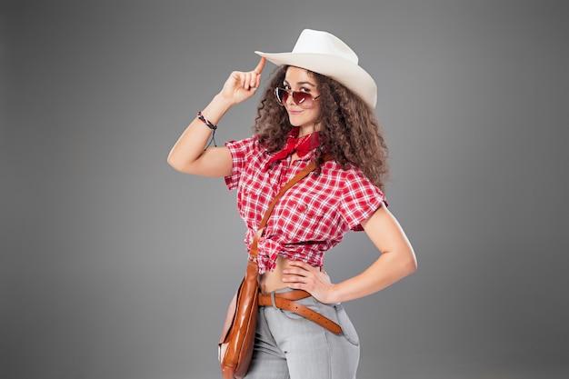 A mulher da moda cowgirl