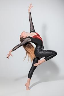 A mulher dançando no cinza